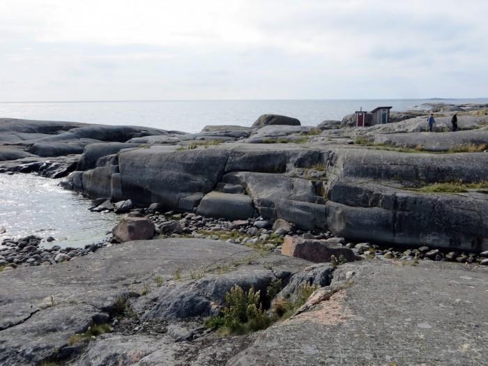 Luotsisaaren jään hiomia kallioita.