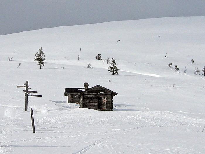 Montellin majaa voi lähestyä neljältä suunnalta. Kuva on otettu Nammalakurusta tulevalta ladulta.