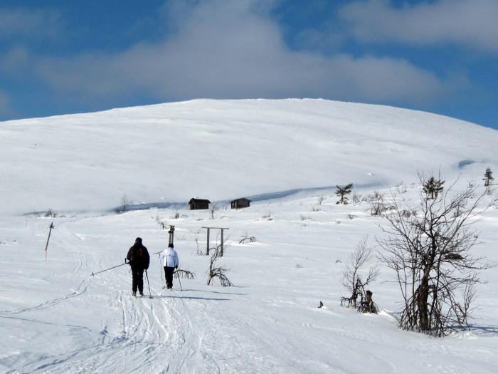 Jyrkin nousu Montellille on Keräsjärveltä. Yhtä pitkä ja työläs on matka Vuontisjärveltä, mutta majalle johtaa sieltä kesällä polku ja talvella tampparilla ajettu ura.