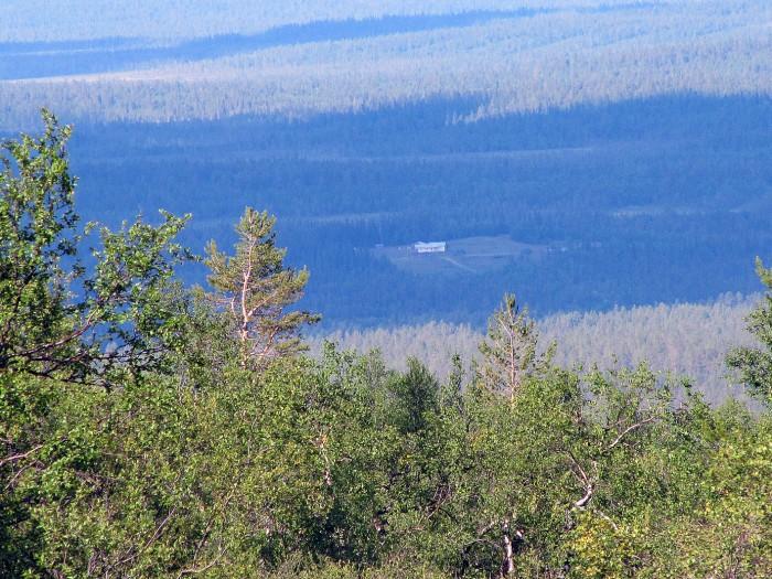 Maisema Montellilta kohti Ounasjokea. Saajon talo näkyy tunturin rinteelle seitsemän kilometrin päästä.