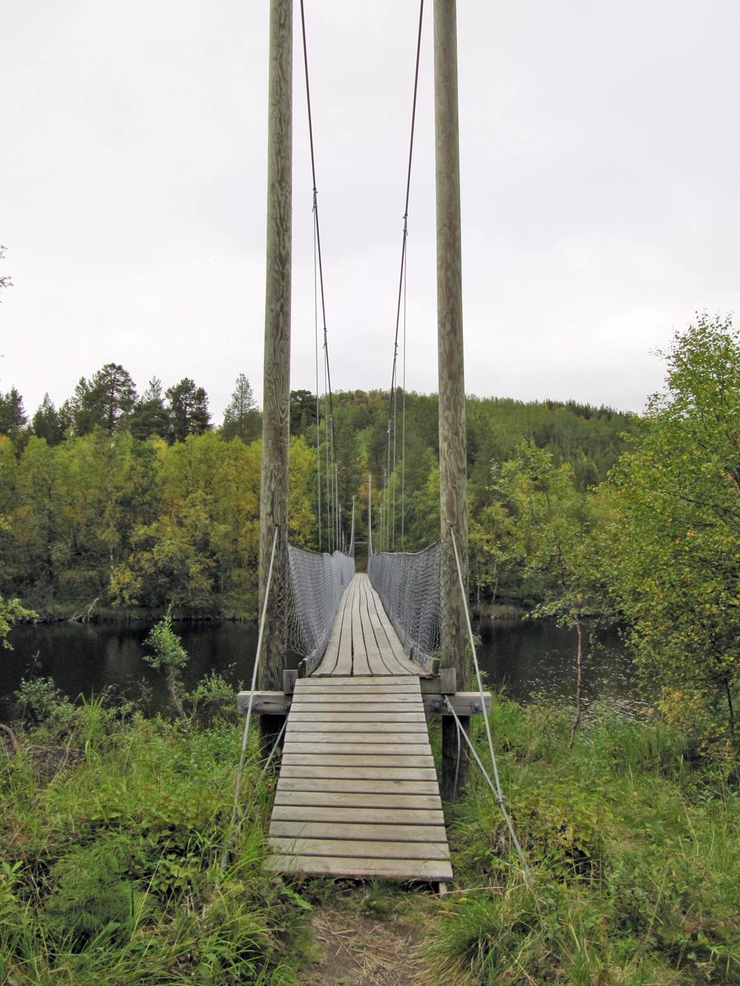 Valtatie E6:n parkkipaikalta Lasrettmoeniin johtaa riippusilta yli Lakselva-joen.