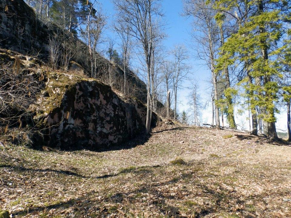 Esilinnan kaivo erottuu maastossa painanteena.
