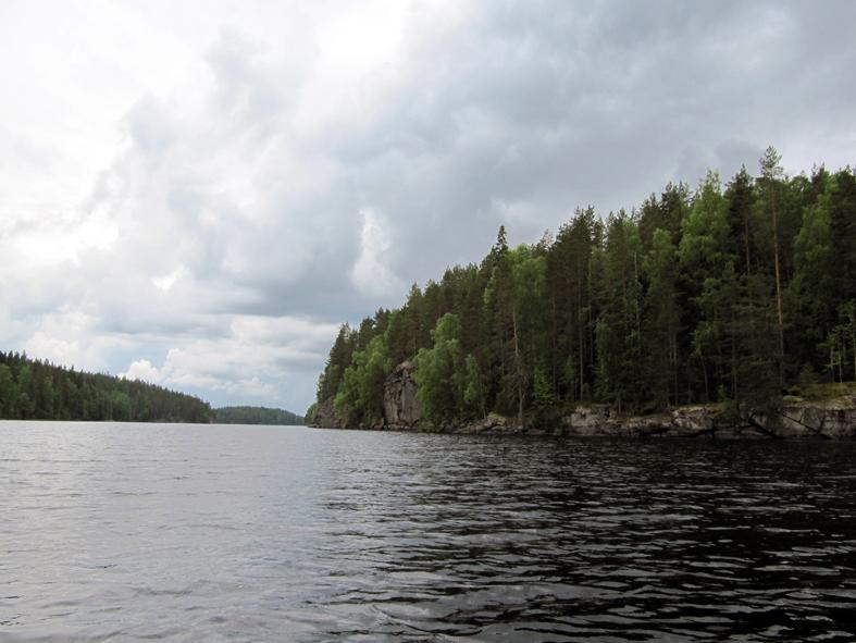 Toussunlinnan kallio sijaitsee tyypillisesti vesistön kapeikkokohdassa.