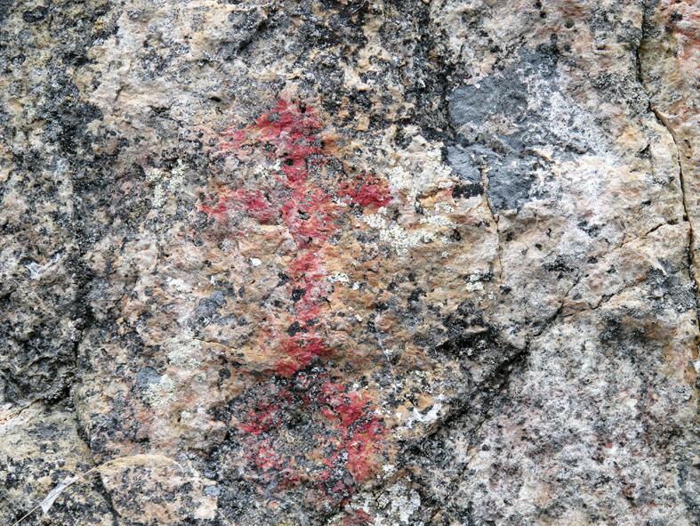 Toussunlinnan maalauksen selkein kuva on 43 cm korkea ihmishahmo, jonka leveys käsien kohdalla 21 cm. Kuvaa on käsitelty korostamalla punaista väriä.