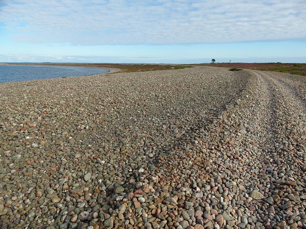 Mönkijäreittejä ja polkuja on ympäri saarta. Tämä tie johtaa itäkärkeen.