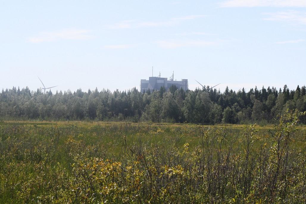 Tehdas ja tuulimyllyt Alkunkarinlahden luontoreitiltä katsottuna