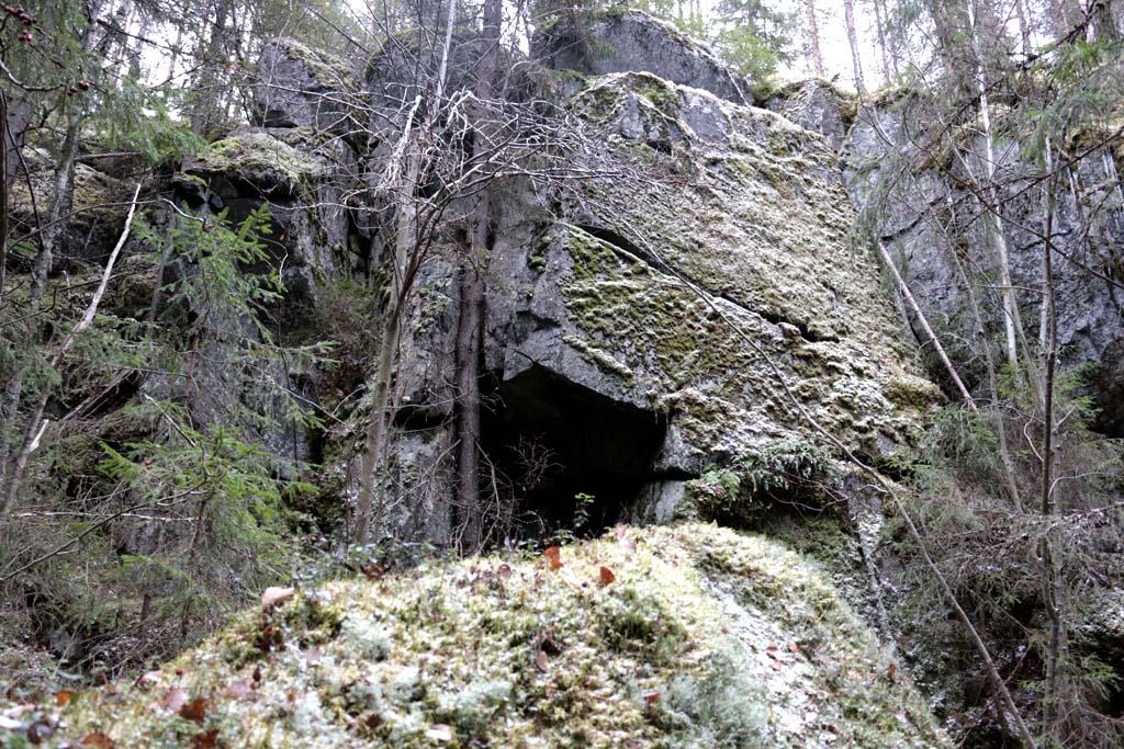 Huomiotaherättävä lovi kalliossa tämäkin.