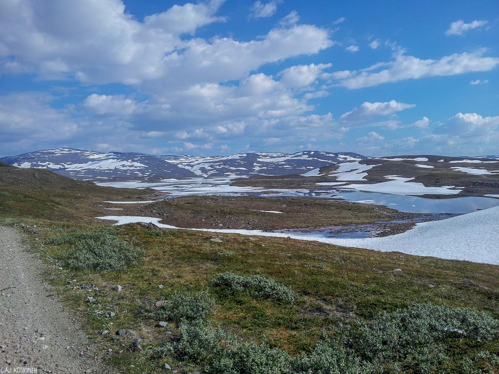 Guolasjärvi oli yllätykseksemme vielä hyvin pitkälti jäässä.