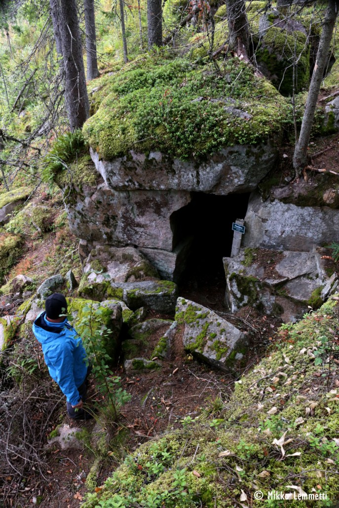 Ohelan tilan isäntä Miika Säynätmäki katsastaa luolan kunnon.