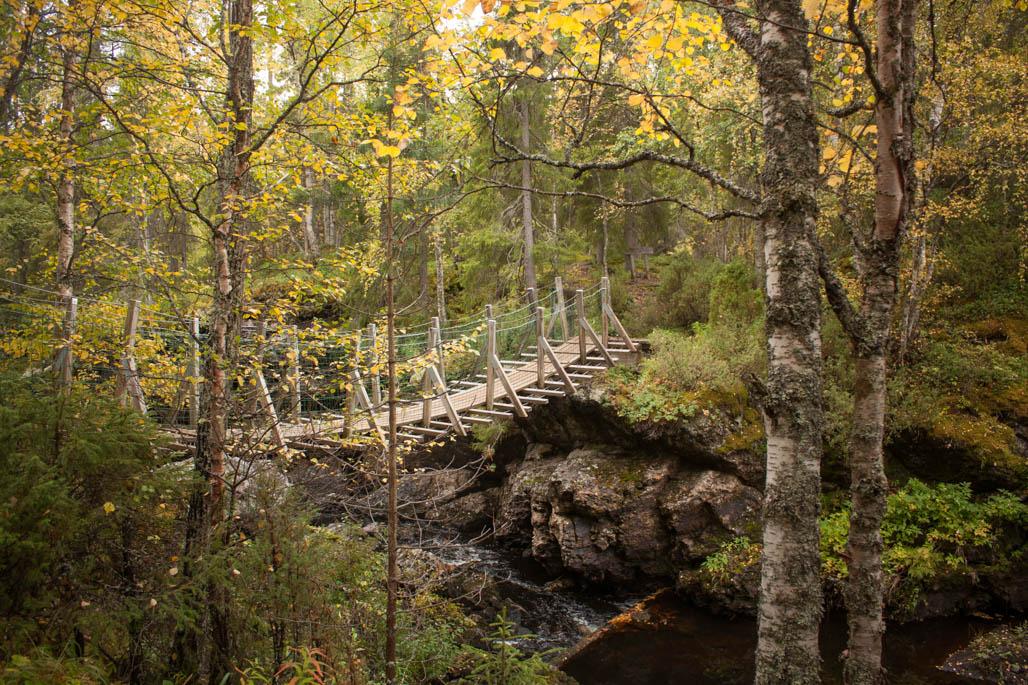 Keskimmäinen silta on sympaattisen pieni, mutta sen alla on vihamieliseltä näyttävä kivimaailma.