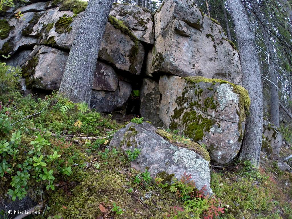 Rinteen puolelta luola näyttää suhteellisen huomaamattomalta.