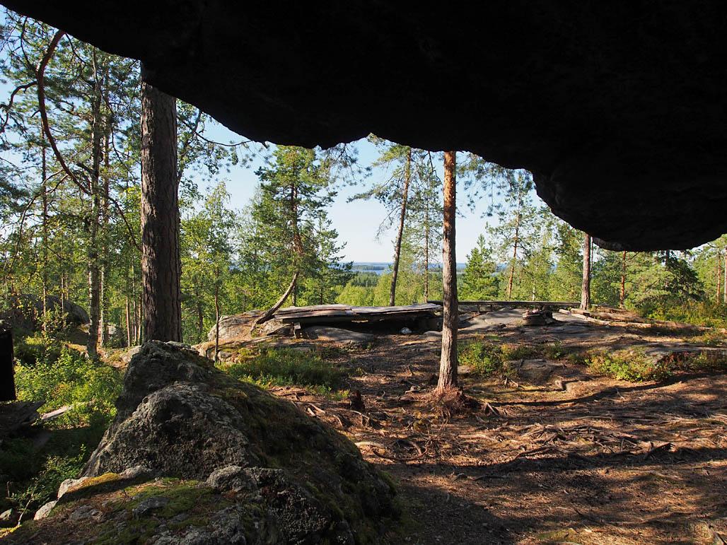 Näkymä Pyhävuoren tafonin lipan alta kohti Lappajärveä. Vanhoja taukopaikan rakenteiden jäänteitä näkyy vielä maastossa, mutta mitään virallista taukopaikkaa ei ole.