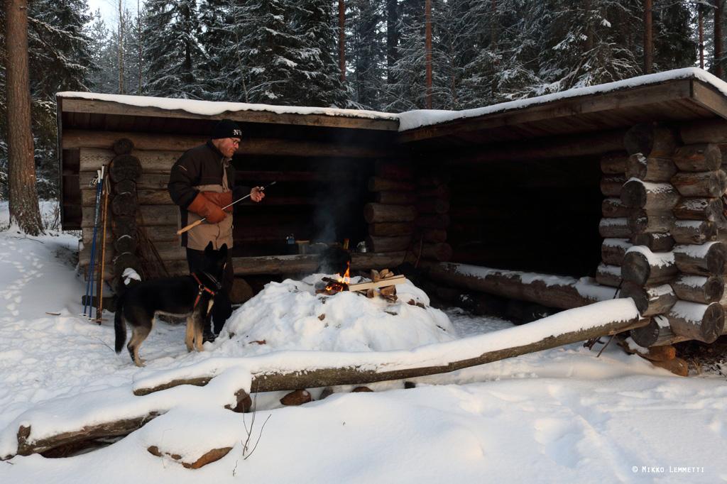 Ilpo ja Väinö valmistautumassa makkaran syöntiin.