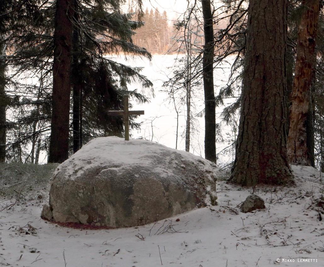 """Saaren pohjoispäässä oleva muistokivi, jossa lukee """"Saareen vuosina – 1723 haudattujen muistolle""""."""