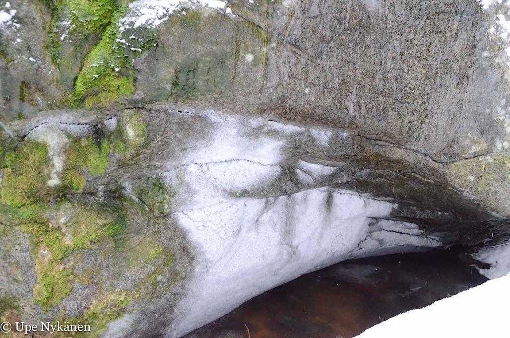 Upea kivenlohkareen pinta talvella