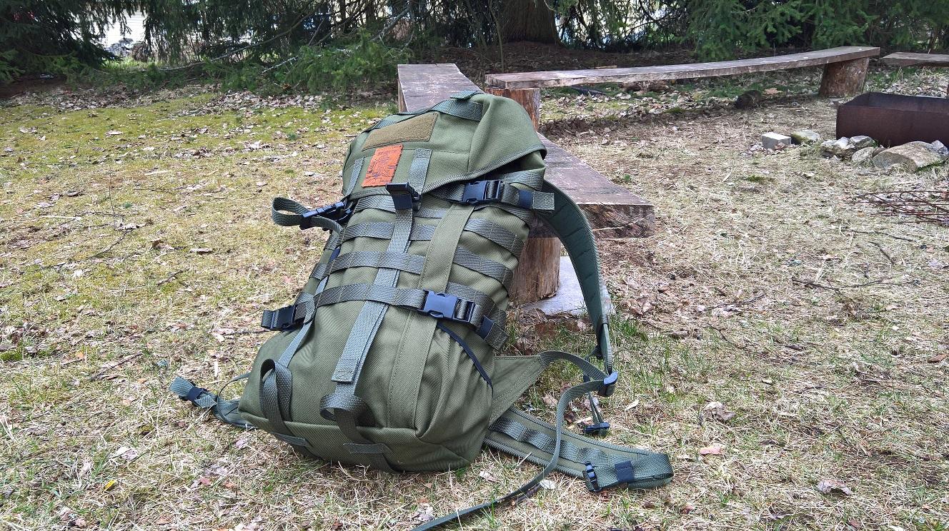 Reppu on täynnä Molle-lenkkejä taskujen kiinnittämistä varten. dcf94e2b55