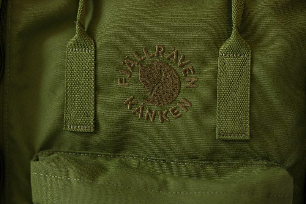 Reppu valmistetaan kokonaisuudessaan vain yhdestä materiaalista, ekologisesti värjätystä langasta. Myös logo on kirjailtu. Kuva: SpinDye