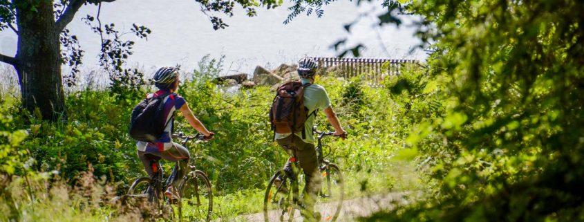 Pyöräilijöitä Porvoon kansallisessa kaupunkipuistossa