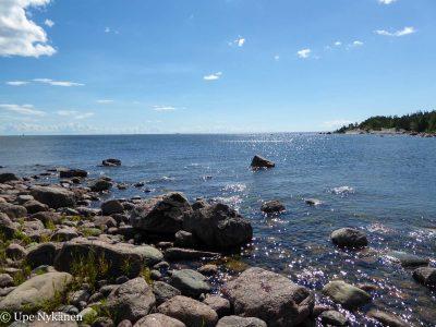 Varlaxuddenin kivikkoista rantaa