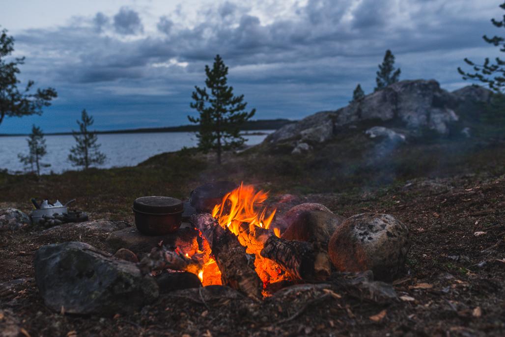 Tulistelua Vätsärin erämaa-alueella Tuulijärven rannalla.
