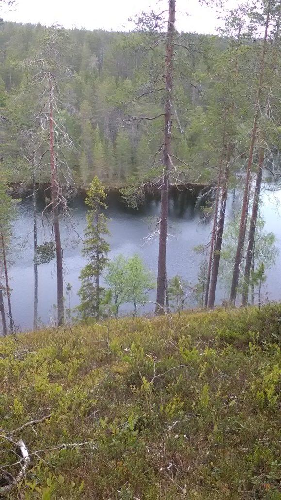 Hirsiniemi: näkymä harjulta kapealle järvelle