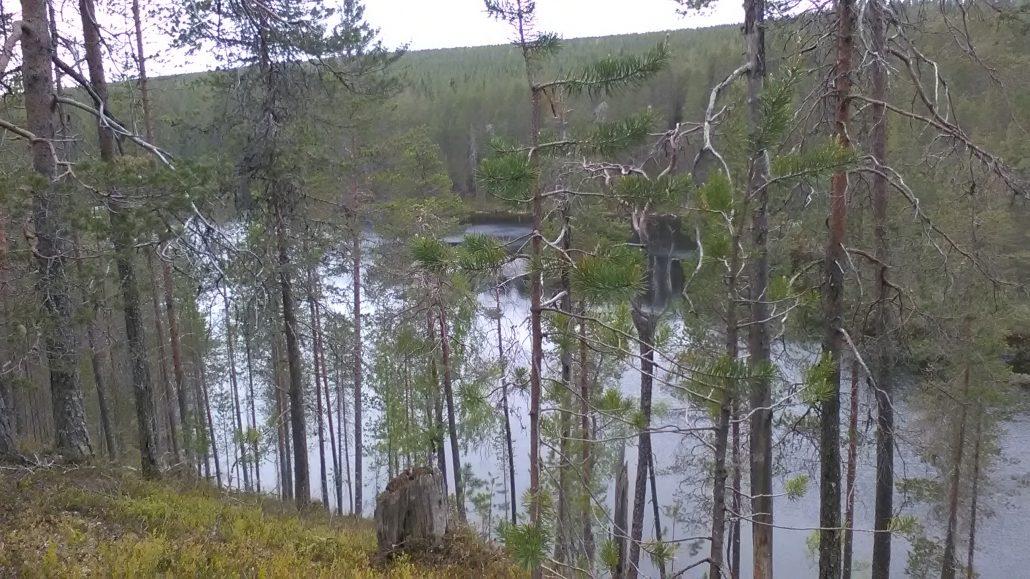 Vaaranäkymiä yli järven
