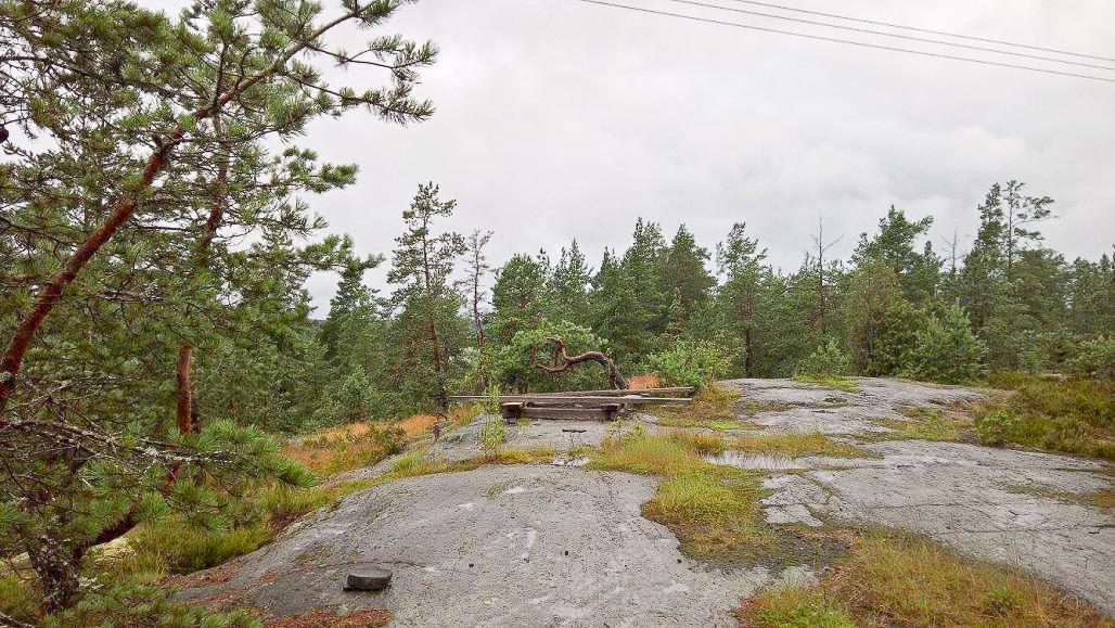 Näköalapaikalta löytyy myös pieni istuskelupaikka evästaukoa varten.