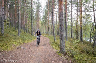 Pyöräilijä Sompalammen rantapolulla