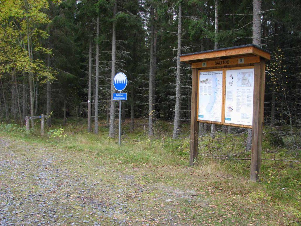 Parkkipaikalta löytyy opastustaulu Selkämeren kansallispuistosta.