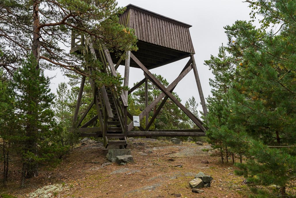 Höglandin saaren korkeimmalla kohdalla on näkötorni.