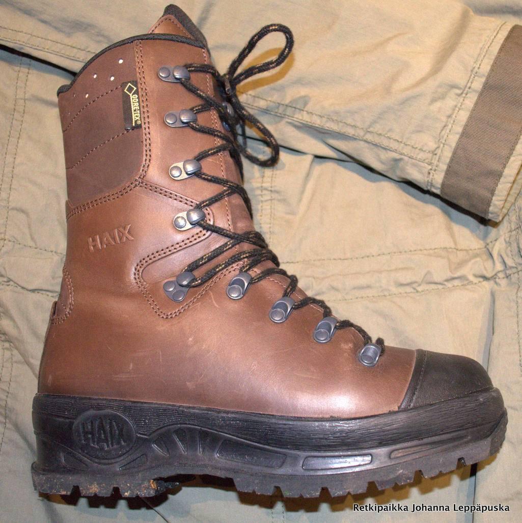 Varsi on 22 cm korkea ja kenkä painaa n. 1,5kg kappaleelta.