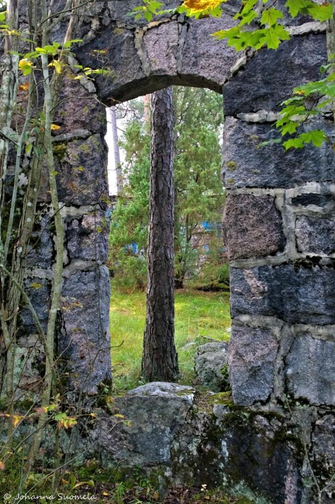 Stockmannin rauniot mänty kivijalan sisäpuolella
