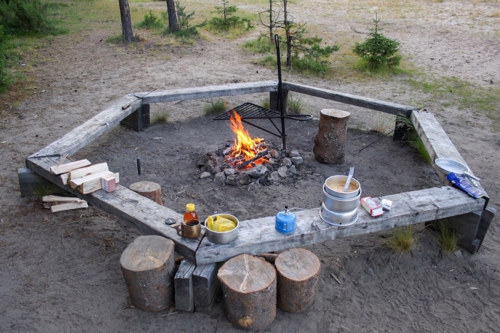 Kuvassa on Metsähallituksen rakentama tulipaikka Oulangan kansallispuistossa Oulankajoen varrella.