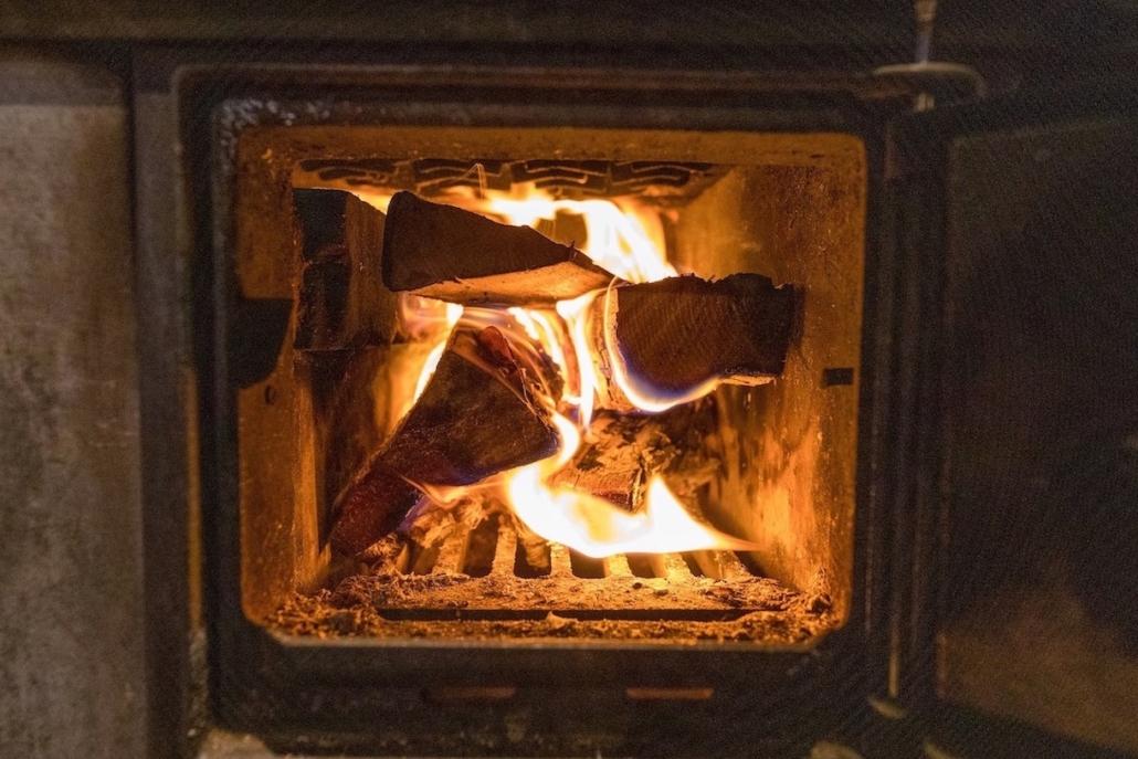 Kuva tulista puukamiinassa