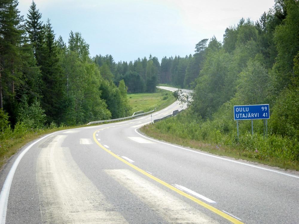 Tervetullut mutka tiellä Puolanka-Utajärvi.