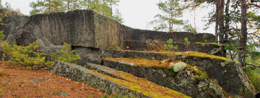 Kallio jossa porrasmainen vanha kivilouhos.
