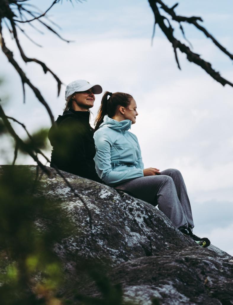 Oppaan laulua kuuntelemassa Pohjois-Karjala retkeilyhelmet Kuva: Terhi Ilosaari