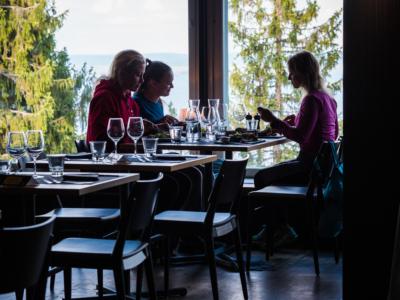 Ensimmäisten unelmien toteutumista sulatellaan Kolin hotellin maisemaravintolassa. - Pohjois-Karjalan retkeilyhelmet Kuva: Terhi Ilosaari