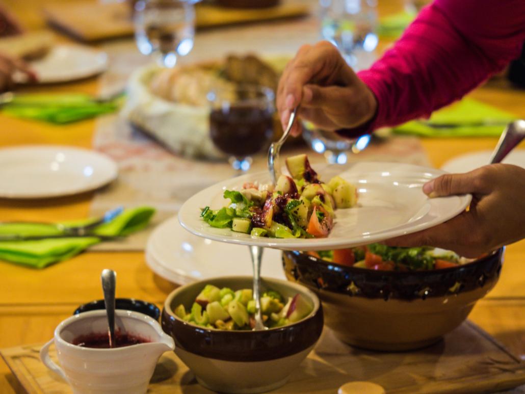 Lounaalla Kestikievari Herranniemen monipuolisen salaattipöydän äärellä. Kuva: Terhi Ilosaari