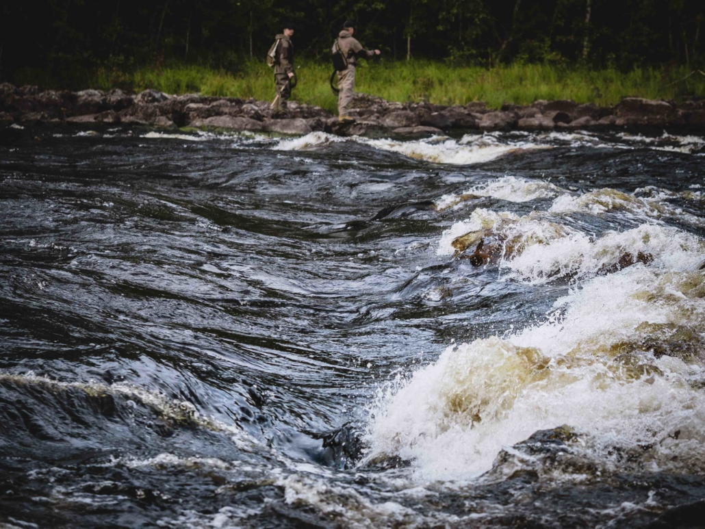 Kalastajia Ruunaan koskella Kuva: Terhi Ilosaari