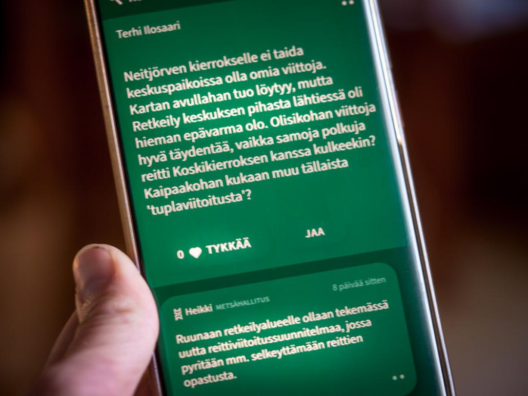 Retkikompassi palvelun näkymä puhelimessa ja Metsähallituksen Heikin vastaus viestiin Kuva: Terhi Ilosaari