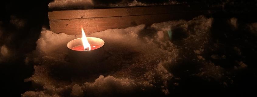 Ulkotuli palaa saunalle johtavilla lumisilla portailla.