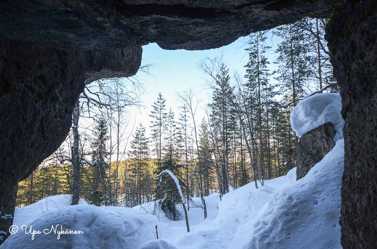 Luminen maisema luolan sisältä ulos.