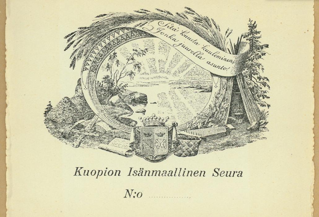 """Kuopion Isänmaallisen Seuran exlibris. Kuvassa on keskellä auringonnousu järven takaa. Sitä ympäröi tekstinauha, joss alukee """"Sitä kuusta kuuleminen, jonka juurella asunto"""". Vasemmalla kota, pärevakka, vaakuna, miekka, kirjoituskäärö. Ylhäällä viljaa."""