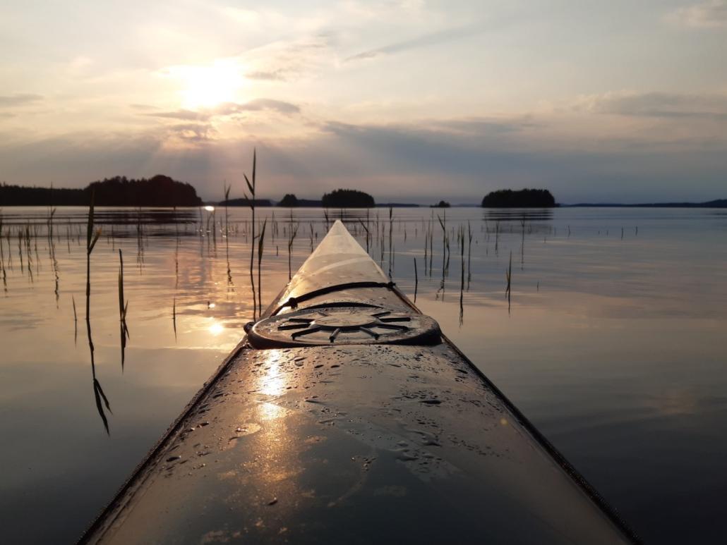 Kajakin keula. auringonlasku. Saaria. Kallavesi.
