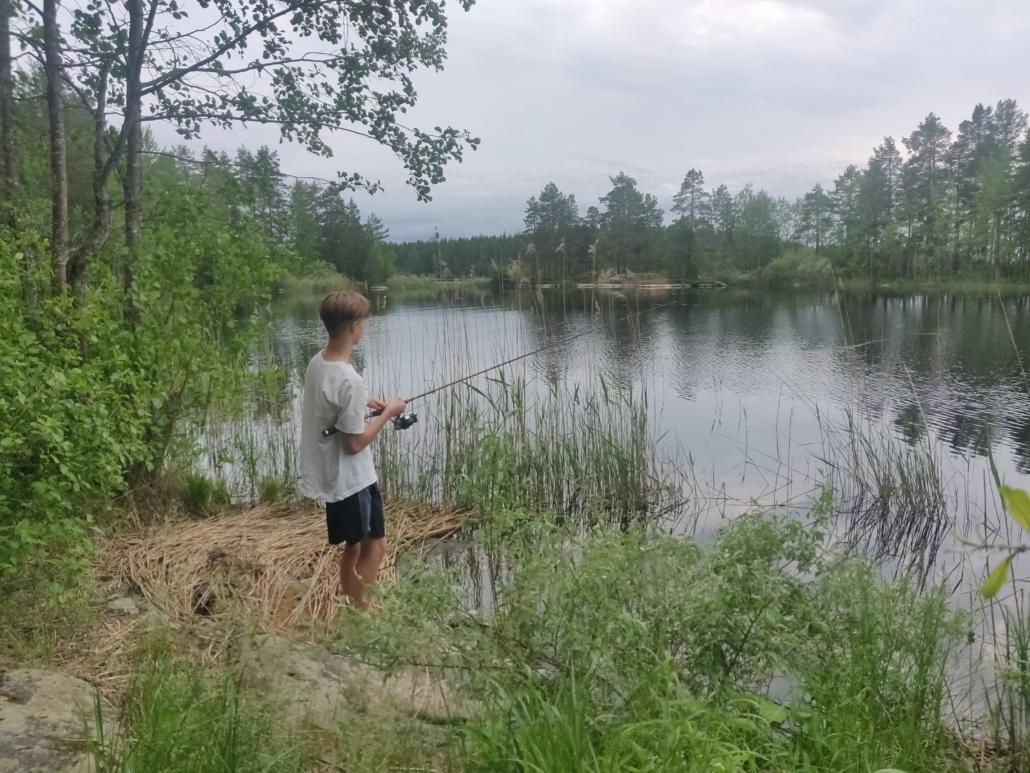 Kalastaja rannalla.