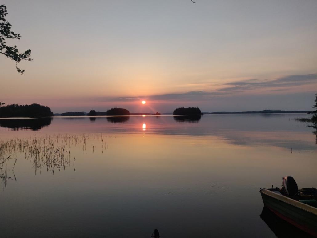 Auringonlasku. Saaria ja kallavesi.