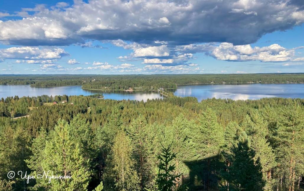 Metsän takana Pääjärvi ja sen takana lisää metsää sekä Karstulan keskusta.
